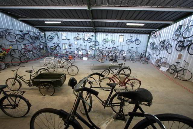 אופני עבודה באולם האמצעי של המוזיאון