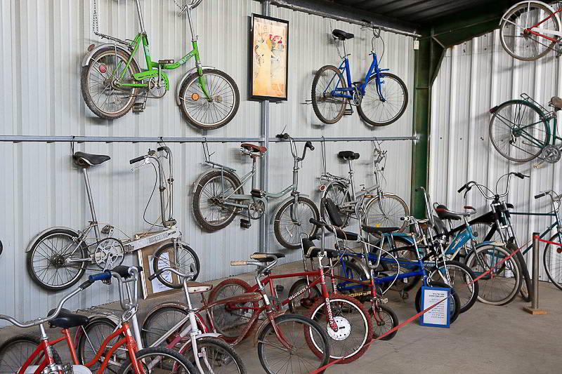 אופניים מתקפלים על הקיר